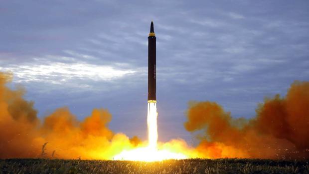 Lanzamiento de un misil balístico de alcance intermedio por Corea del Norte en 2017