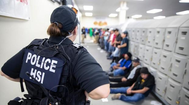 Liberados 300 inmigrantes tras la macro redada en Misisipi en una planta agrícola