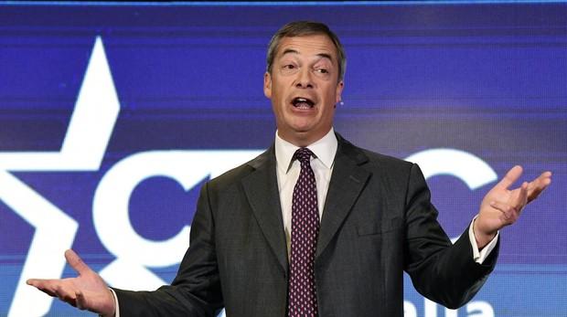 Nigel Farage se burla de los duques de Sussex y describe a la Reina Madre como una «bebedora con sobrepeso»