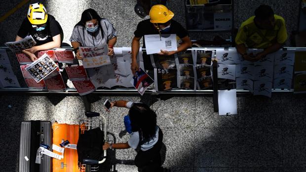 Una nueva ocupación del aeropuerto de Hong Kong obliga a cancelar más vuelos
