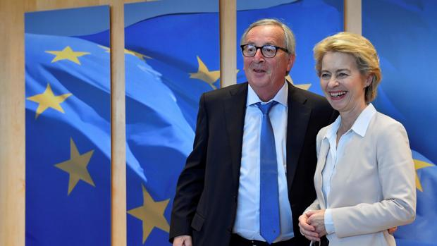 El presidente de la Comisión Europea, Jean - Claude Juncker (izda) junto a su sucesora a partir del 1 de noviembre, Ursula von der Leyen