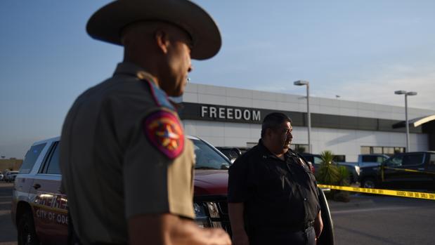 Agentes de la Policía estatal de Texas esta semana en la escena del crimen de una matanza que dejó siete muertos en Odessa