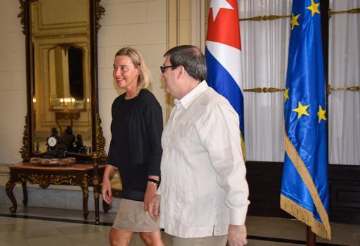 Federica Mogherini camina junto al canciller cubano, Bruno Rodríguez, durante su encuentro este domingo en La Habana