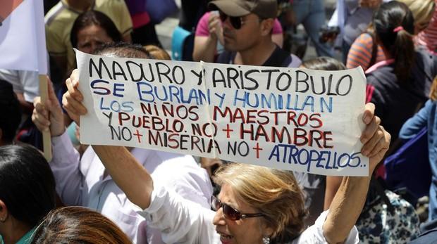 Personas se manifiestan contra el Gobierno de Nicolás Maduro, a las afueras de la Asamblea Nacional durante una sesión