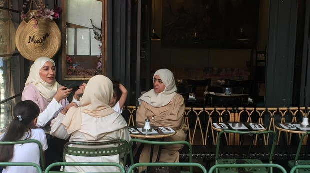 Un grupo de musulmanas en un café de París