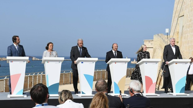 Los ministros del Interior de Francia, Italia Alemania, Finlandia, Malta y el comisario de migración de la UE, hoy en La Valetal