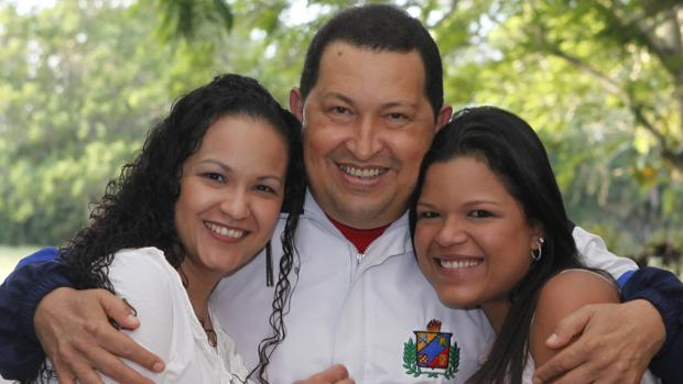 Hugo Chávez con dos de sus hijas, Rosa Virginia (izquierda) y María Gabriela (derecha)