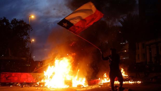 Piñera abre una crisis de gobierno y retira a los militares de las calles