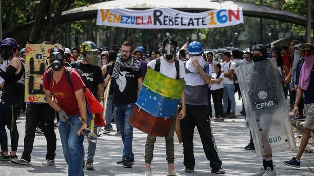 Enfrentamiento de estudiantes con la PNB a la entrada de la Universidad Central de Venezuela, en Caracas, este jueves