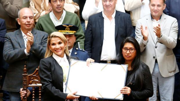 La presidenta interina de Bolivia promulga la ley para la celebración de unas nuevas elecciones