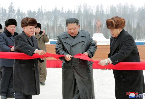 Kim Jon-un corta la cinta roja para inaugurar la ceremonia