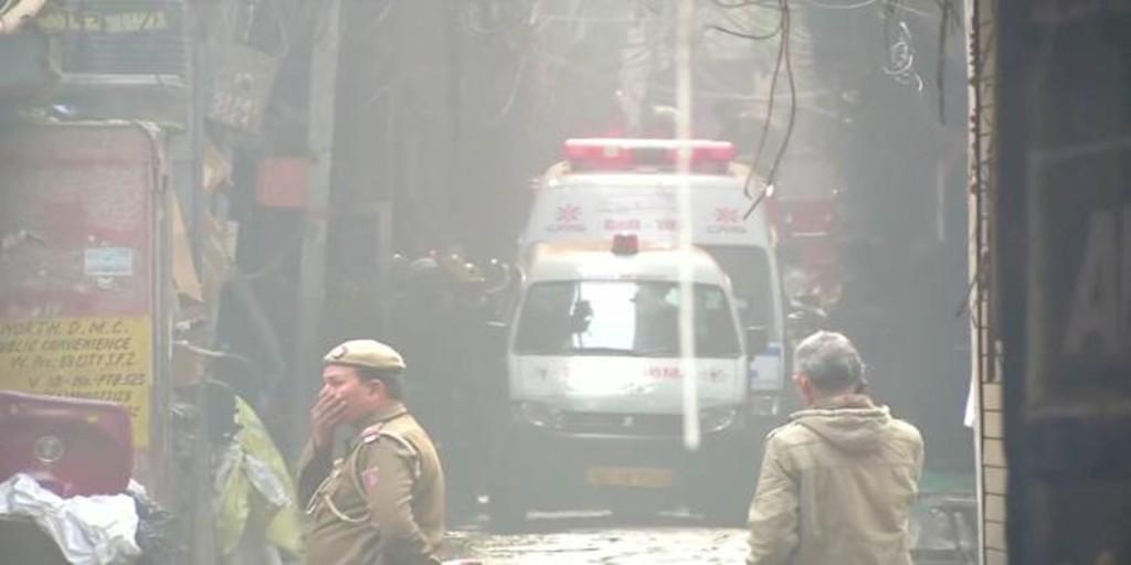 Al menos 42 muertos y más de 64 heridos en un incendio en una fábrica de Delhi