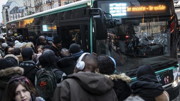 Francia se prepara para la gran huelga de hoy tras un nuevo día de atascos y recortes de transporte