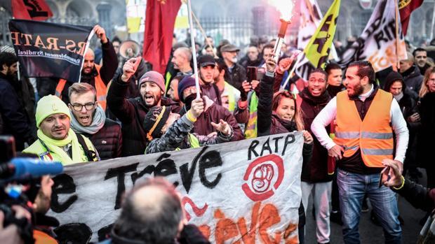 Macron se impone en su pulso contra los sindicatos