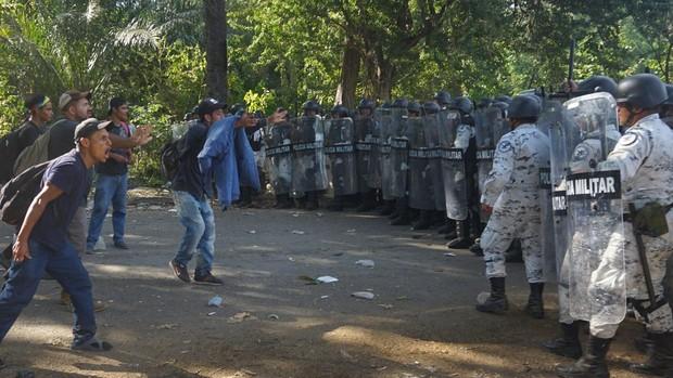 La Guardia Nacional de México frena la caravana de inmigrantes con gas lacrimógeno y detenciones