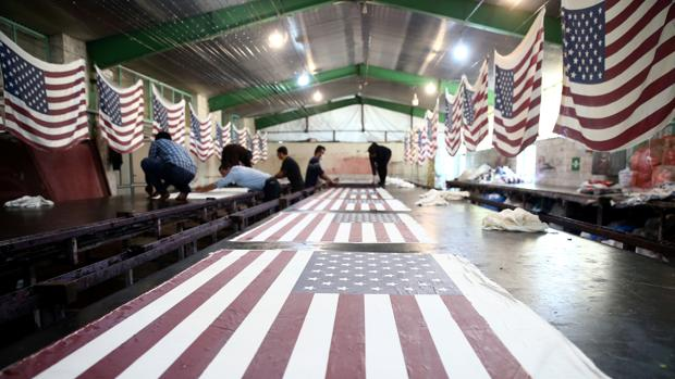 Una fábrica iraní produce miles de banderas de EE.UU. e Israel para que las quemen los manifestantes