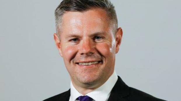 Dimite el ministro de Finanzas escocés por mandar mensajes a un joven de 16 años