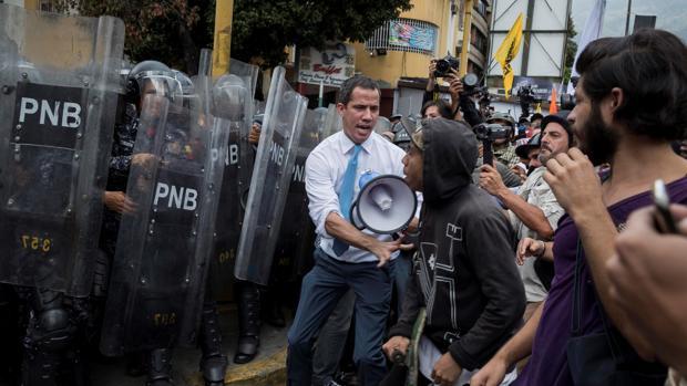 El líder opositor Juan Guaidó se une a simpatizantes durante los enfrentamientos con la Policía Nacional Bolivariana