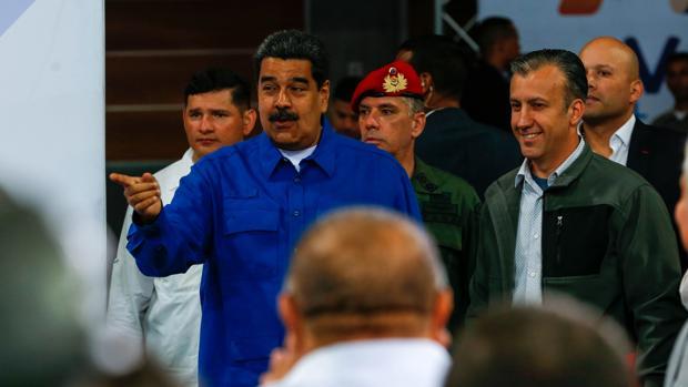 Maduro quema las máquinas de votación para fabricar unas a su medida y ganar las elecciones