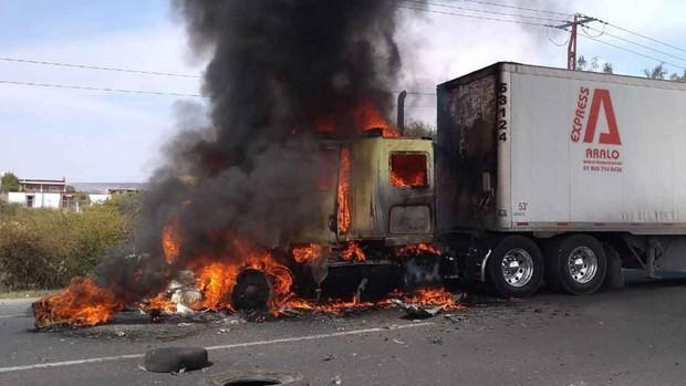 Grupos armados bloquean carreteras en México y frenan un operativo contra el narcotráfico
