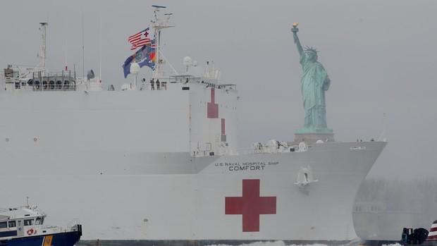 Llegan a Nueva York y Los Ángeles los buques-hospital de la Armada de EE.UU. para paliar el colapso sanitario