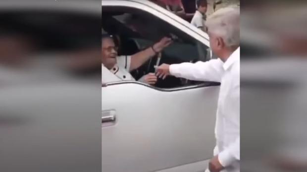 El presidente de México saluda a la madre de «El Chapo» tras un evento en Sinaloa