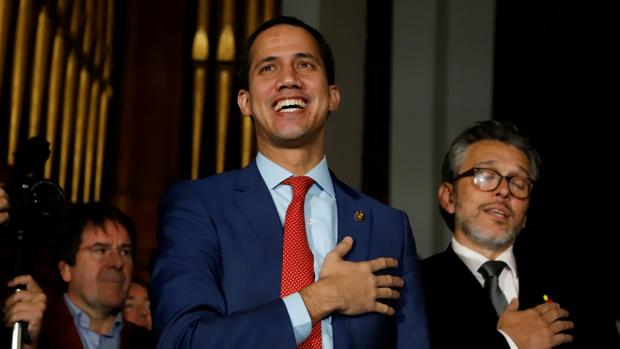 Guaidó anuncia una ayuda de 100 dólares mensuales para el personal sanitario en Venezuela