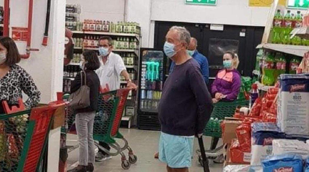 El presidente de Portugal sorprende haciendo cola en un supermercado vistiendo unas bermudas