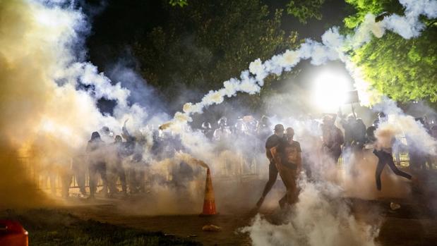 La ola de disturbios raciales empuja a Estados Unidoshacia el abismo