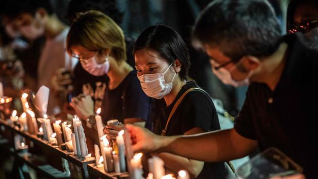 Miles de personas desafían la prohibición policial y celebran la vigilia de Tiananmen en Hong Kong