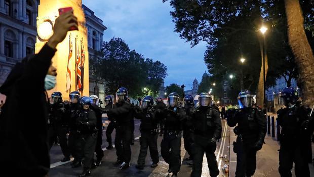 Johnson asegura que el Reino Unido «no es racista» y advierte que no tolerará las protestas violentas