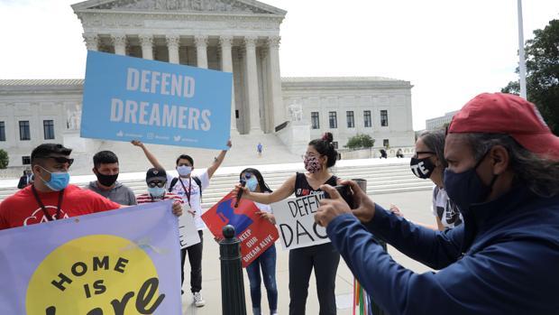 El Supremo impide que Trump pueda deportar a miles de jóvenes inmigrantes