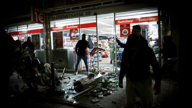 Jóvenes violentos siembran el terror en Stuttgart y dejan al menos 19 policías heridos