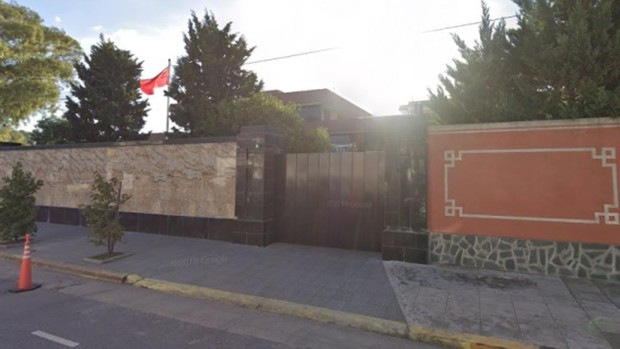 Un hombre estrella su coche contra la Embajada de China en Buenos Aires: «La CIA está detrás del Covid»