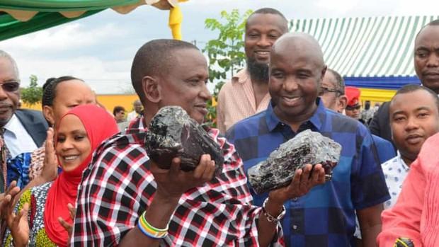 Un minero tanzano se convierte en millonario tras encontrar dos grandes piedras de tanzanita