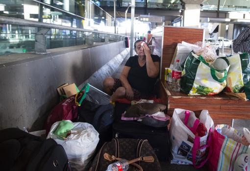 Fanny Hidalgo, entre maletas y bolsas de víveres en el exterior de la terminal