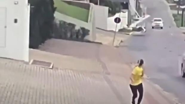 Graban el momento en el que una avioneta cae en medio de una calle de Brasil