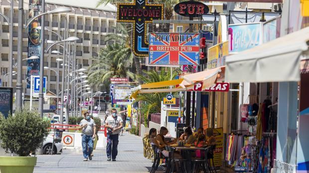 Turistas británicos pasean por una calle en Benidorm (Alicante)