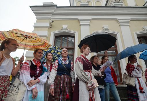 Un grupo de actores del teatro Kuplovsky y de amigos se manifiestan en apoyo al despedido director, Pavel Latushko, miembro del Consejo de Coordinación de la oposición