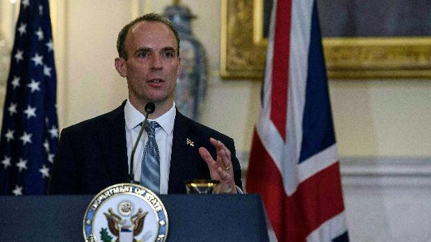 El escolta del ministro de Exteriores británico se olvida su arma en un avión
