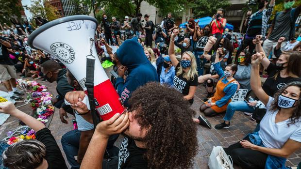 Muere un hombre por arma de fuego durante protestas enfrentadas de izquierda y derecha en Denver