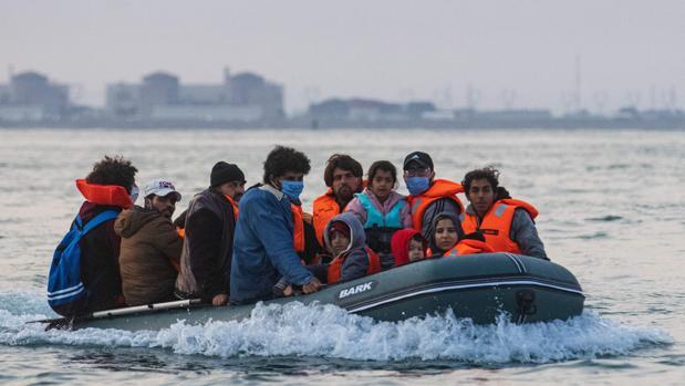 Londres sopesa poner redes en el Canal de la Mancha para impedir la llegada de inmigrantes