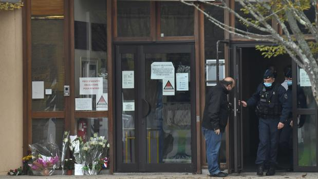 Varios ramos fueron depositados en la escuela de Conflans-Sainte-Honorine, de la que era profesor la víctima decapitada este viernes por un joven musulmán, nacido en Moscú