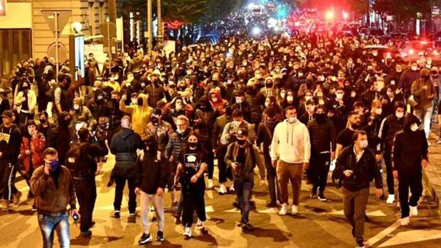 Guerrilla urbana en Nápoles en protesta por el toque de queda