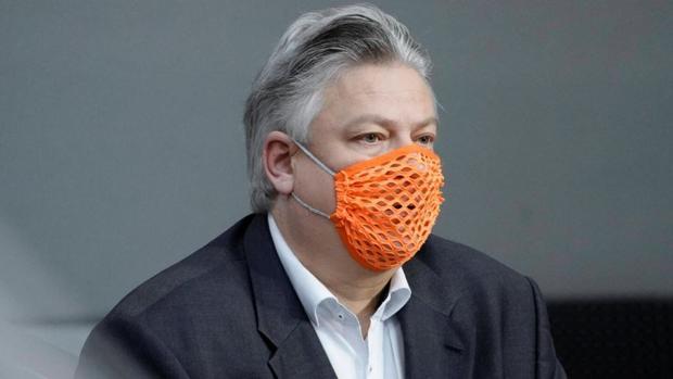 Ingresado por Covid el diputado alemán que se burló del virus usando una mascarilla con agujeros