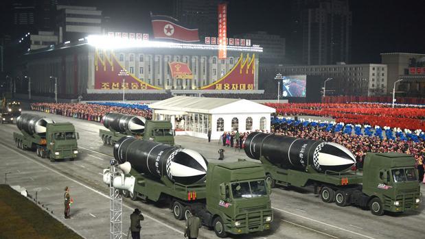 Corea del Norte exhibe un nuevo misil balístico submarino durante un nuevo desfile militar
