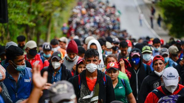 Una caravana de miles de inmigrantes logra colarse en Guatemala y avanza con fuerza hacia México
