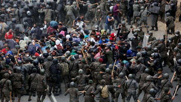 La Policía de Guatemala se enfrenta a golpes con la caravana de inmigrantes
