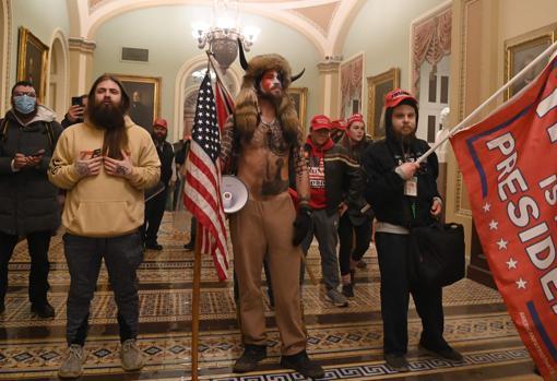 با لباس گاومیش ، رادیکال جیک آنلی ، مدافع تئوری توطئه QAnon ، هنگام حمله به پایتخت ایالات متحده.