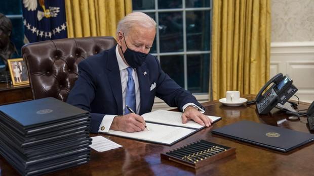 Los primeros decretos de Biden, sobre igualdad racial, cambio climático y uso de las mascarillas
